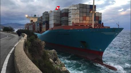 La ave mercantile ?GUSTAV MAERSK? incagliatasi in località Torre Cavallo (RC), 10 Gennaio 2017. ANSA/ US/ GUARDIA COSTIERA  +++ NO SALES, EDITORIAL USE ONLY +++